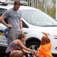 Liev Schreiber joue les bons samaritains auprès d'une femme victime d'un malaise au milieu de la route à Brentwood, le 16 mars 2013