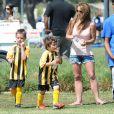 Britney Spears, 31 ans, a assisté samedi 17 mars au match de football de ses deux garçons Jayden et Sean, dans le quartier de Encino à Los Angeles. Un peu plus tard, le papa des deux enfants, et ex-compagnon de la chanteuse, Kevin Federline, est venu assister à l'événement.