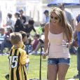 Britney Spears a assisté samedi 17 mars au match de football de ses deux garçons Jayden et Sean, dans le quartier de Encino à Los Angeles. Un peu plus tard, le papa des deux enfants, et ex-compagnon de la chanteuse, Kevin Federline, est venu assister à l'événement.