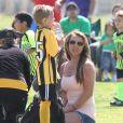 La chanteuse Britney Spears a assisté samedi 17 mars au match de football de ses deux garçons Jayden et Sean, dans le quartier de Encino à Los Angeles. Un peu plus tard, le papa des deux enfants, et ex-compagnon de la chanteuse, Kevin Federline, est venu assister à l'événement.