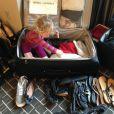 La petite Willow s'amuse avec les chaussures de sa maman, le 22 mars 2013, à New York.