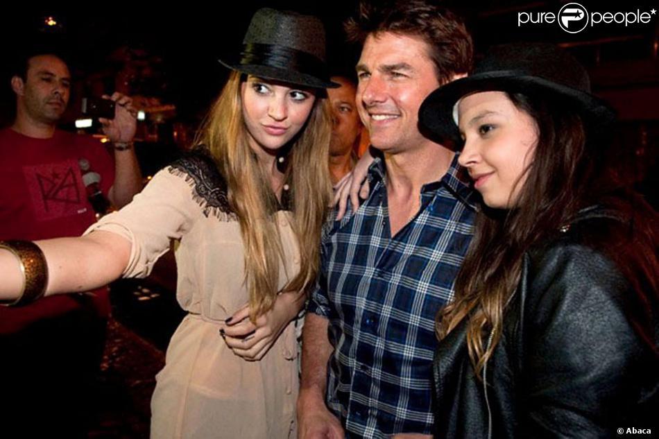 Tom Cruise entouré de fans à son arrivée à Buenos Aires, pour assurer la promotion d'Oblivion, le 25 mars 2013.