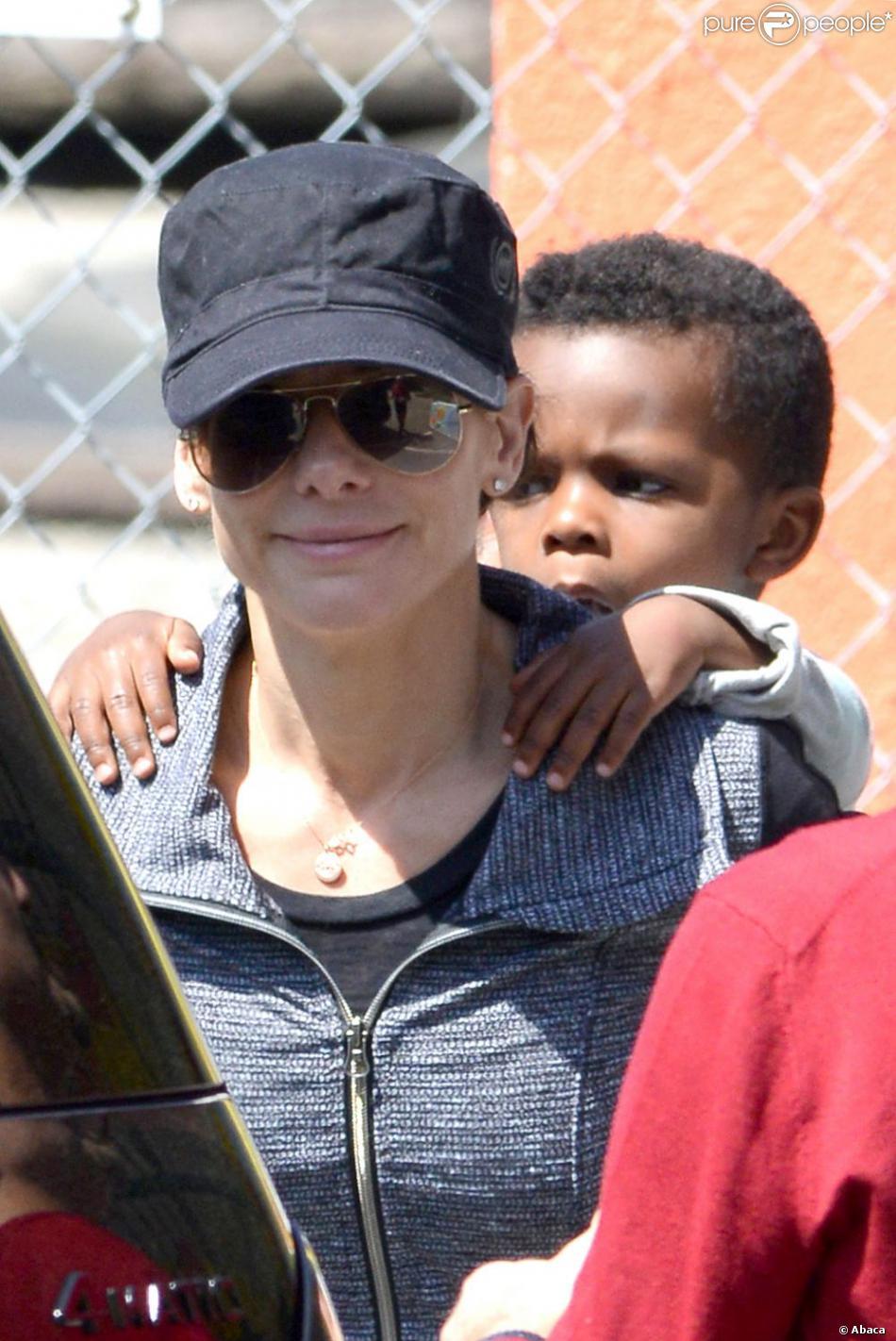 Sandra Bullock, très souriante, et son fils Louis à la sortie de l'école à Los Angeles, le 26 mars 2013.