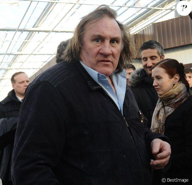 Gérard Depardieu rencontre les commerçants de son quartier à Saransk en Russie lors d'une visite d'un complexe agricole, le 24 février 2013.
