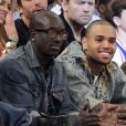 Chris Brown, entre Bu (vice-président du label Def Jam et frère d'Akon) et le réalisateur Spike Lee, assiste à la rencontre entre les New York Knicks et les Boston Celtics au Madison Square Garden. New York, le 31 mars 2013.