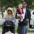 Jessica Simpson, enceinte, son fiancé Eric Johnson et leur fille Maxwell se promènent dans les rues de Los Angeles, le dimanche 31 mars 2013 pour Pâques.