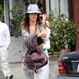 Alessandra Ambrosio quitte le Brentwood Country Mart à Los Angeles, le 1er avril 2013.