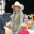 La sympathique Julie Bowen, son mari Scott Phillips et leurs fils Oliver, John et Gustav sont allés faire des courses au Farmers Market à Studio City, le dimanche 31 mars 2013.