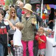 Julie Bowen, son époux Scott Phillips et leurs fils Oliver, John et Gustav sont allés faire des courses au Farmers Market à Studio City, le dimanche 31 mars 2013.