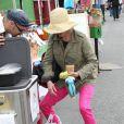 Julie Bowen, son mari Scott Phillips et leurs enfants Oliver, John et Gustav sont allés faire des courses au Farmers Market à Studio City, le dimanche 31 mars 2013.