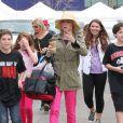 L'actrice Julie Bowen, son mari Scott Phillips et leurs fils Oliver, John et Gustav sont allés faire des courses au Farmers Market à Studio City, le dimanche 31 mars 2013.