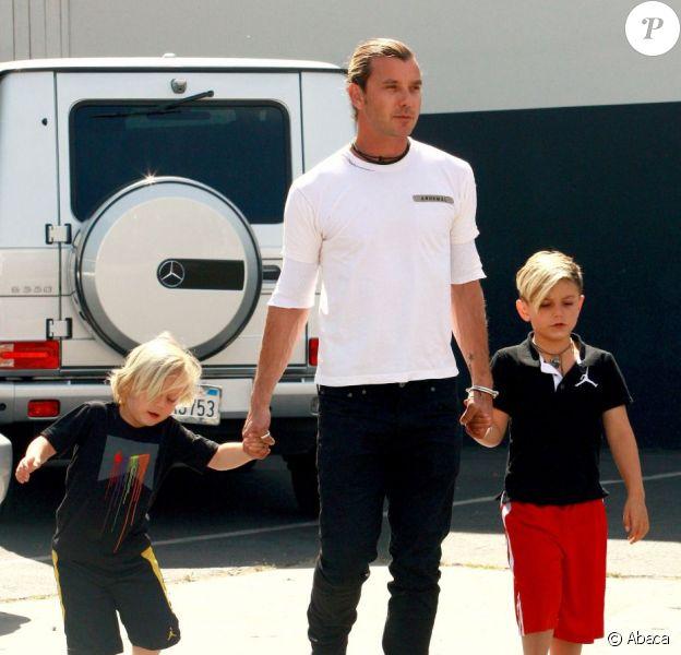 Gavin Rossdale prend du bon temps avec ses fils Kingston et Zuma, à Sky High Trampoline Park dans le quartier de Woodland Hills, à Los Angeles, le 2 avril 2013.