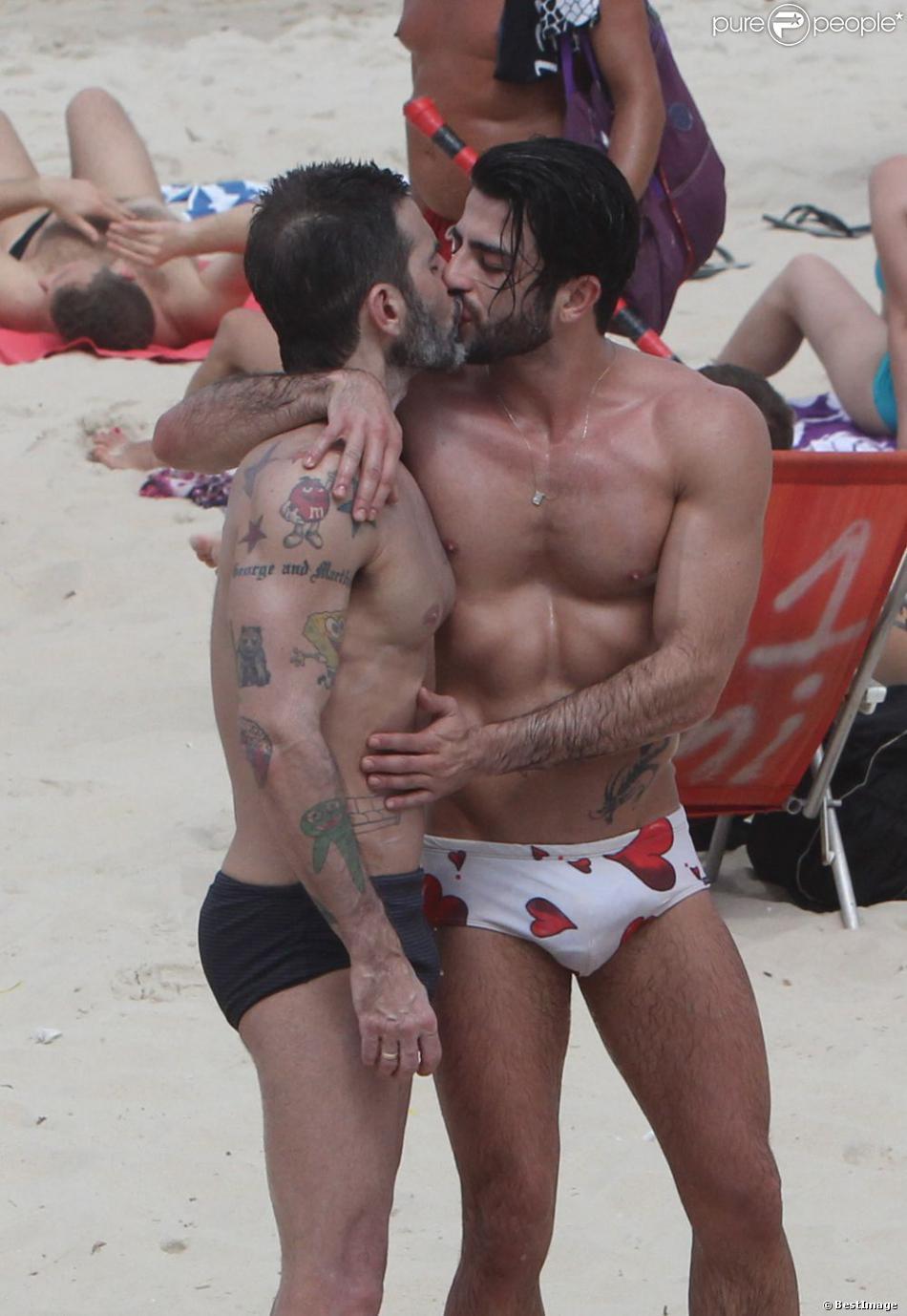 Marc Jacobs et son petit ami Harry Louis s'embrassent sur une plage d'Ipanema à Rio de Janeiro, le 7 avril 2013.
