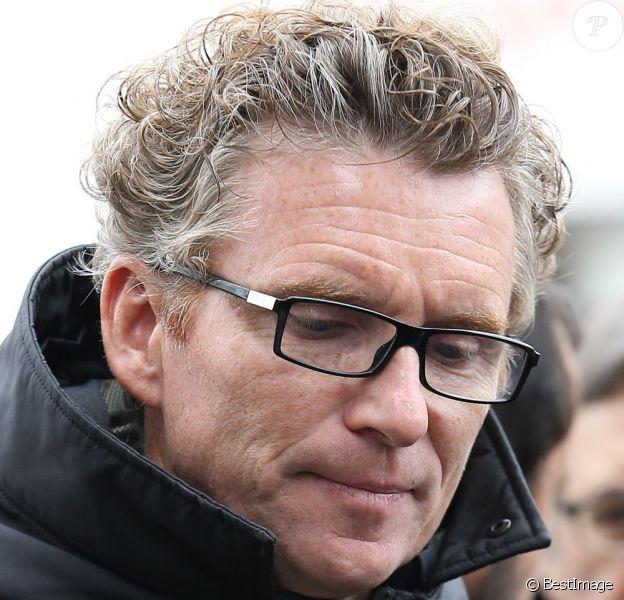 Denis Brogniart effondré lors des obsèques de Gérald Babin, candidat de Koh Lanta, à Nemours, le 5 avril 2013 Les funérailles se sont déroulées en présence de l'animateur Denis Brogniart et de sa femme Hortense, du patron de TF1, Nonce Paolini, ainsi que le producteur de Koh Lanta, Franck firmin-Guion