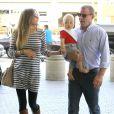 Guy Ritchie, sa fiancée Jacqui Ainsley (enceinte) et leur fils Rafael à l'aéroport de Los Angeles, le 9 octobre 2012.