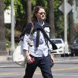 Exclusif - Jodie Foster marche seule dans les rues de Los Angeles le 12 avril 2013