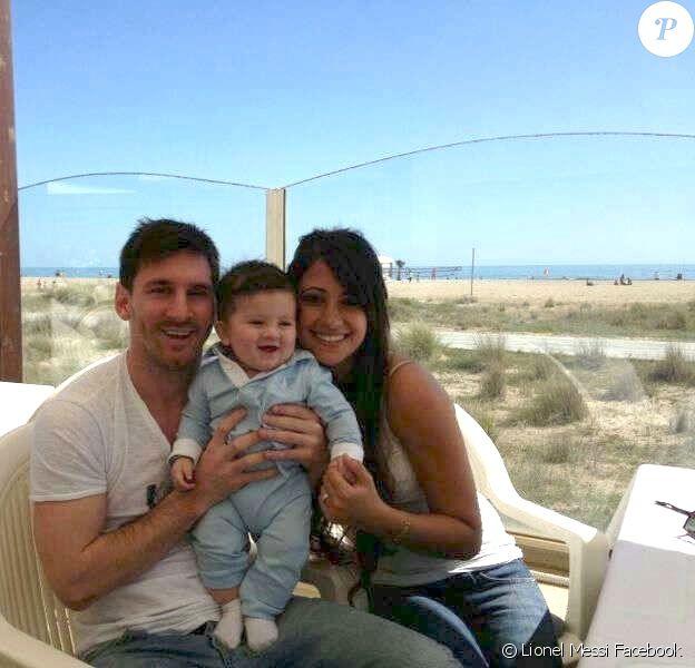 Lionel Messi avec sa compagne Antonella et leur fils Thiago. Photo postée par le joueur sur sa page Facebook, le samedi 13 avril 2013.