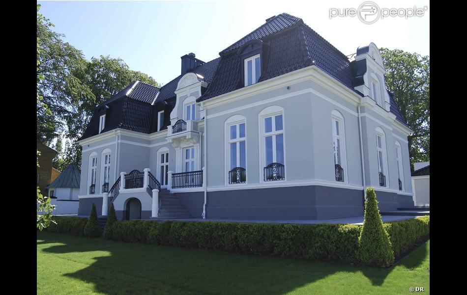 zlatan ibrahimovic la splendide maison de la star du psg est vendre purepeople. Black Bedroom Furniture Sets. Home Design Ideas