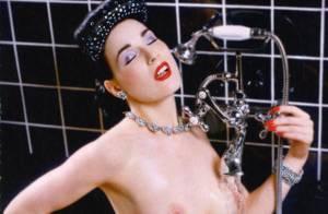 PHOTOS : Dita Von Teese, sublime sous sa douche...
