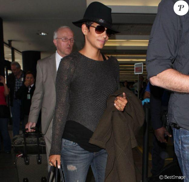 Halle Berry, enceinte, quitte l'aéroport de Los Angeles, le 18 avril 2013.