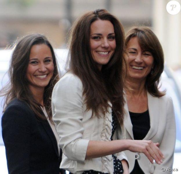 Kate Middleton avec sa soeur Pippa et leur mère Carol le 28 avril 2011 à Londres, à la veille de son mariage avec le prince William. La duchesse de Cambridge, après la naissance de son premier enfant en juillet 2013, a prévu d'aller vivre quelques semaines avec le bébé chez ses parents dans le Berkshire.