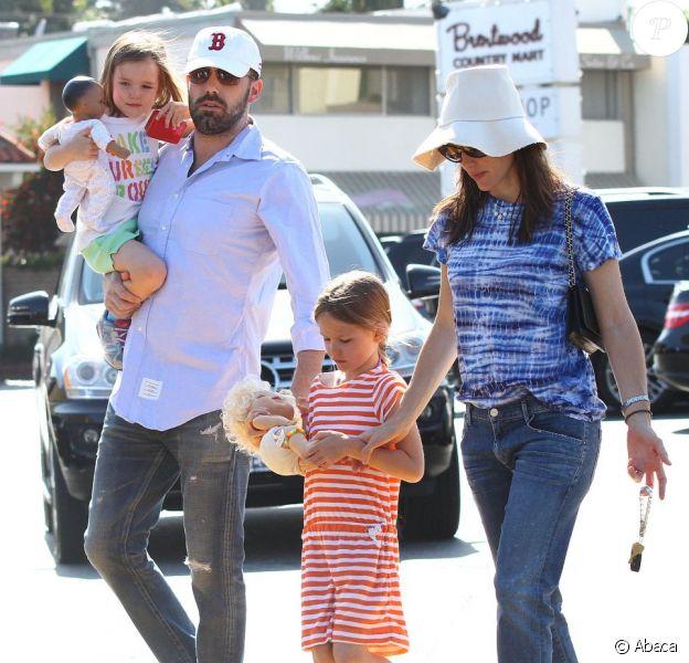 La famille presque au complet : Ben Affleck et Jennifer Garner ont emmené leurs deux filles Violet, 7 ans, et Seraphina, 4 ans au célèbre Country Mart de Brentwood, le 20 avril 2013