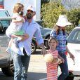Ben Affleck et Jennifer Garner ont emmené leurs deux adorables filles Violet, 7 ans, et Seraphina, 4 ans au célèbre Country Mart de Brentwood, le 20 avril 2013