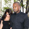 Kim Kardashian et Kanye West, tous de noir vêtus, sont surpris main dans la main à New York. Le 24 avril 2013.