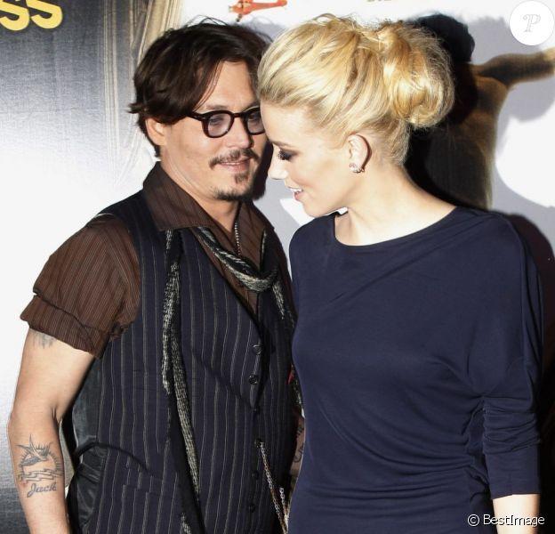 Johnny Depp et Amber Heard lors de la présentation du film Rhum Express à Paris le 8 novembre 2011