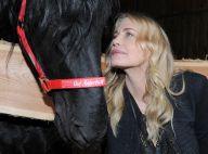 Daryl Hannah angélique auprès d'un beau cheval noir : Un combat dans la douceur