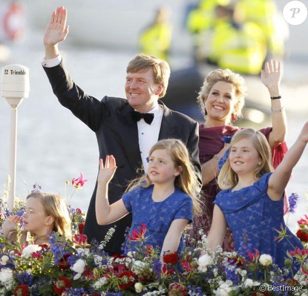 Le roi Willem-Alexander des Pays-Bas, la reine Maxima et leurs filles, les princesses Catharina-Amalia, Alexia et Ariane, ont embarqué au soir du 30 avril 2013 pour une parade aquatique sur le lac IJ d'Amsterdam en conclusion des festivités pour l'intronisation du roi, parachevées par un banquet offert par le gouvernement.
