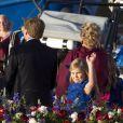 La princesse héritière Catharina-Amalia, 9 ans, salue durant la parade aquatique sur l'IJ avant le banquet final offert par le gouvernement pour l'intronisation du roi Willem-Alexander des Pays-Bas, le 30 avril 2013 à Amsterdam.