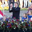 Le roi Willem-Alexander des Pays-Bas, la reine Maxima et leurs trois filles (Ariane, Alexia, Catharina-Amalia) lors de la parade aquatique précédant le banquet final de l'intronisation du fils de la princesse Beatrix, le 30 avril 2013 à Amsterdam.