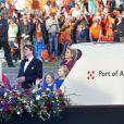 Le roi Willem-Alexander des Pays-Bas, la reine Maxima et leurs trois filles (Ariane, Alexia, Catharina-Amalia) sous les yeux de la foule lors de la parade aquatique précédant le banquet final de l'intronisation du fils de la princesse Beatrix, le 30 avril 2013 à Amsterdam.