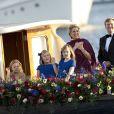 Le roi Willem-Alexander, la reine Maxima et leurs trois filles (Ariane, Alexia, Catharina-Amalia) lors de la parade aquatique précédant le banquet final de l'intronisation du fils de la princesse Beatrix, le 30 avril 2013 à Amsterdam.