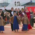 La foule ovationnant le passage du roi Willem-Alexander des Pays-Bas, la reine Maxima et leurs trois filles pour la parade aquatique précédant le banquet final de l'intronisation du fils de la princesse Beatrix, le 30 avril 2013 à Amsterdam.