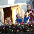 Les princesses Catharina-Amalia, Alexia et Ariane avec leur mère la reine Maxima lors de la parade aquatique précédant le banquet final de l'intronisation de leur père le roi Willem-Alexander des Pays-Bas, le 30 avril 2013 à Amsterdam.