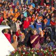 Parade aquatique du roi Willem-Alexander des Pays-Bas, de la reine Maxima et de leurs filles les princesses Catharina-Amalia, précédant le banquet final de l'intronisation du fils de la princesse Beatrix, le 30 avril 2013 à Amsterdam.