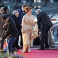 La princesse Lalla Salma du Maroc, en caftan doré, arrivant au Muziekgebouw Aan't IJ pour le banquet final de l'intronisation du roi Willem-Alexander des Pays-Bas, après la parade aquatique sur l'IJ, le 30 avril 2013 à Amsterdam.