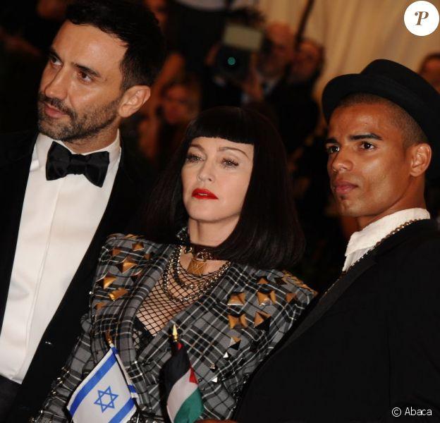 Madonna à la soirée du MET Ball 2013, au Metropolitan Museum of Ar, à New York. La star a pris la pose avec son chéri, le danseur français Brahim Zaibat.