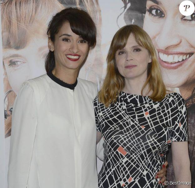 Rachida Brakni, Isabelle Carré radieuses et souriantes lors de la première de Cheba Louisa au cinéma Etoile Lilas à Paris le 6 mai 2013.