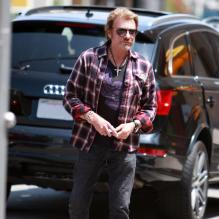 Johnny Hallyday et sa femme Laeticia Hallyday se promenent a Beverly Hills, le 8 mai 2013. Johnny Hallyday stops for lunch with his wife Laeticia in Beverly Hills, California on May 8, 2013.08/05/2013 - Beverly Hills