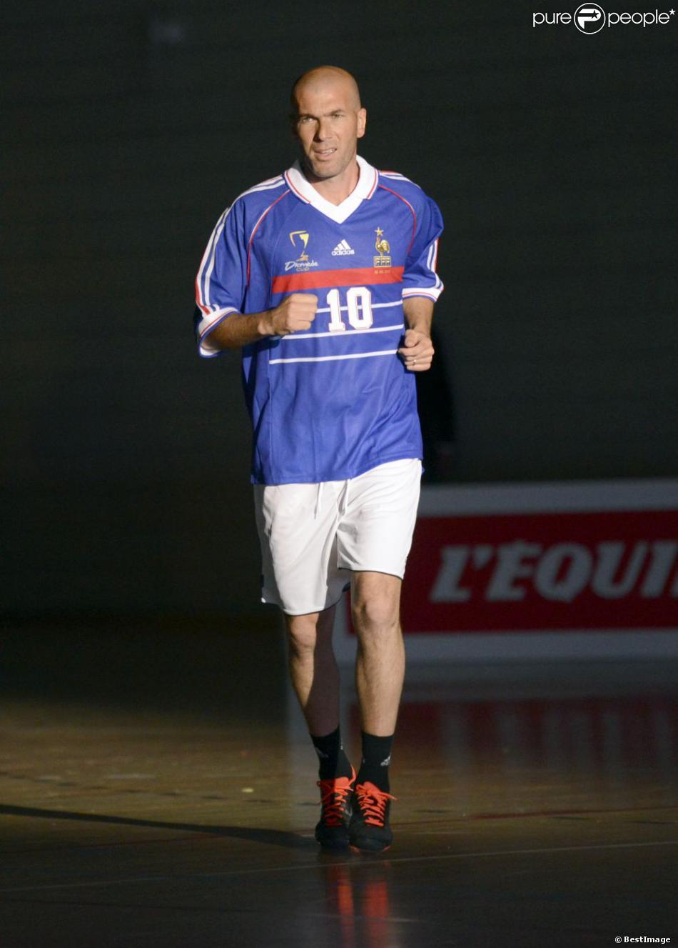 Zinédine Zidane lors d'un match pour l'Académie Bernard Diomède au palais des Sports Robert-Charpentier à Issy-les-Moulineaux le 13 mai 2013 avec les membres de l'équipe de France 98