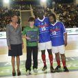 Lilian Thuram et Bernard Diomède lors d'un match pour l'Académie Bernard Diomède au palais des Sports Robert-Charpentier à Issy-les-Moulineaux le 13 mai 2013 avec les membres de l'équipe de France 98
