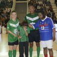 Gaëtane Thiney, Antoine Kombouaré et Bernard Diomède lors d'un match pour l'Académie Bernard Diomède au palais des Sports Robert-Charpentier à Issy-les-Moulineaux le 13 mai 2013 avec les membres de l'équipe de France 98