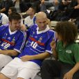 Zinédine Zidane et Vincent Candela lors d'un match pour l'Académie Bernard Diomède au palais des Sports Robert-Charpentier à Issy-les-Moulineaux le 13 mai 2013 avec les membres de l'équipe de France 98