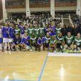 France 98 et ses adversaires lors d'un match pour l'Académie Bernard Diomède au palais des Sports Robert-Charpentier à Issy-les-Moulineaux le 13 mai 2013 avec les membres de l'équipe de France 98