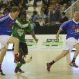 Laurent Blanc et Zinédine Zidane lors d'un match pour l'Académie Bernard Diomède au palais des Sports Robert-Charpentier à Issy-les-Moulineaux le 13 mai 2013 avec les membres de l'équipe de France 98