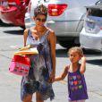 Après avoir été chercher sa fille Nahla à l'école, Halle Berry a fait du shopping. Los Angeles, le 14 mai 2013.