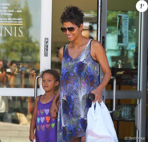 Après être allée chercher sa fille Nahla à l'école, Halle Berry a fait du shopping. Los Angeles, le 14 mai 2013.